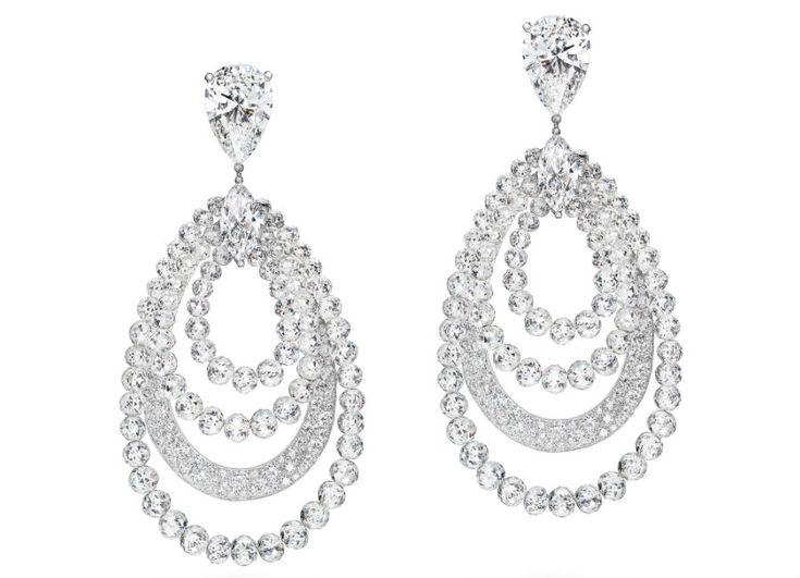 festival di cannes - de Grisogono - Love on the Rocks - Orecchini di alta gioielleria - Pezzo unico - Oro bianco, 2 diamanti bianchi taglio poire (5,3 carati ciascuno), 2 diamanti bianchi taglio marquise (1,5 carati ciascuno), 150 diamanti bianchi taglio briolette ( 69,94 carati) e 466 brillanti bianchi ( 5,17 carati).