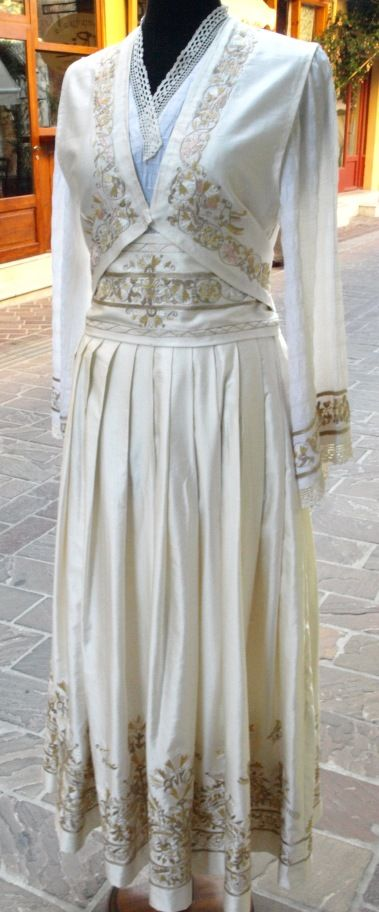 Χειροποίητη νυφική φορεσιά Κρήτης απο μετάξι και όλη φτιαγμένη στο χέρι από τα Μεταξωτά Σουφλίου Μπουρουλίτη!!!