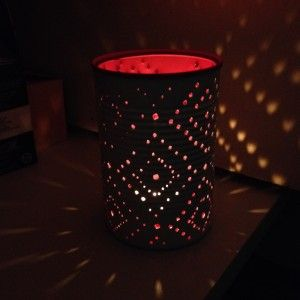 Zelf lantaarns maken van blikjes. Leuke manier en mooi resultaat. Ze  gaan mee op vakantie!