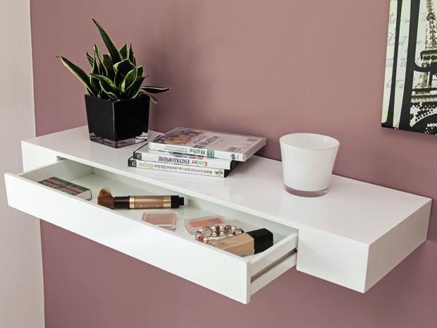 Zweifach praktisch: Dieses Regal bietet zum Einen Platz für Dekoration und als Ablage. Zum Anderen sorgt die integrierte Schublade für versteckten Stauraum.