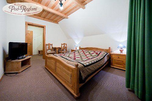 Pokój nr 4 - telewizory oraz SAT, sejf, radio, lampki nocne  http://www.podreglami.pl/zakwaterowanie/pokoje-2-osobowe.html