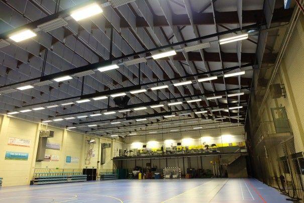 Akoestiek in sporthal | nonoise  Baffels: door middel van melamineschuim verticaal aan het plafond gevestigde panelen, stootvast!  Ideaal in grote ruimtes zoals hier tijdens het sporten!