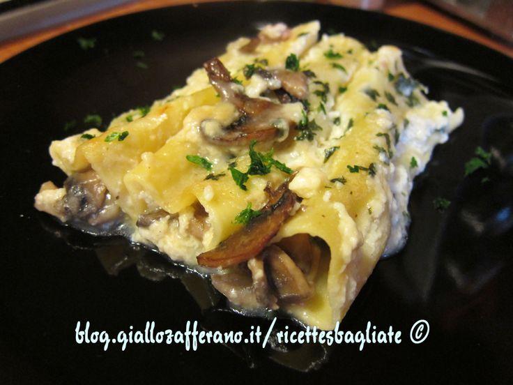 I cannelloni funghi e patate sono un primo piatto molto ricco; per una ricetta più light sostituite la salsiccia con macinato di pollo o tacchino.