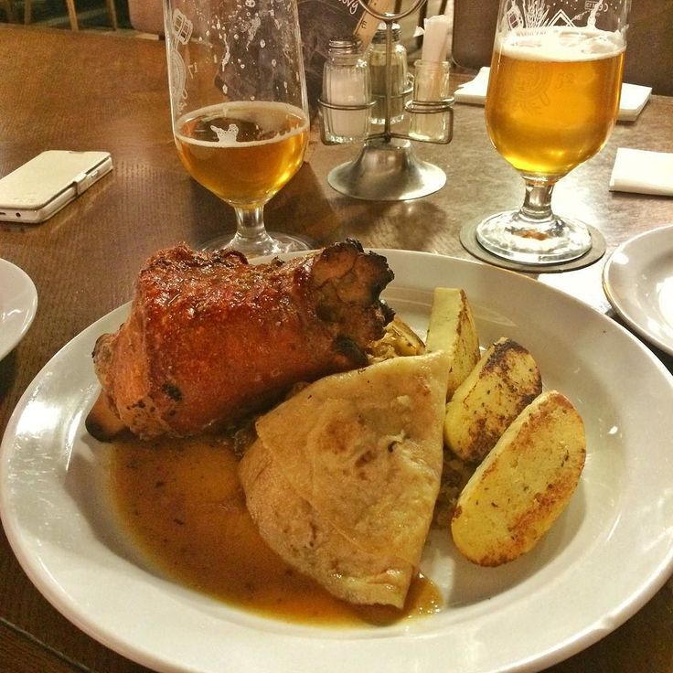 Pečené koleno. #hamhock with #sauerkraut #potatopancake and #knedlick #pivo #foodgram #slovkiagram