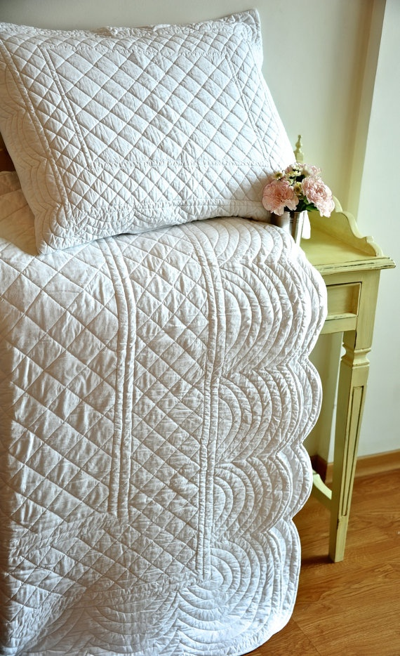 White quilt. It totally just looks like a large run of fabric with no piecing and just the quilting is what makes it special. I could totally replicate this. Bring on the water soluble fabric marker and I'd be golden! Christmas gift idea for Mom?