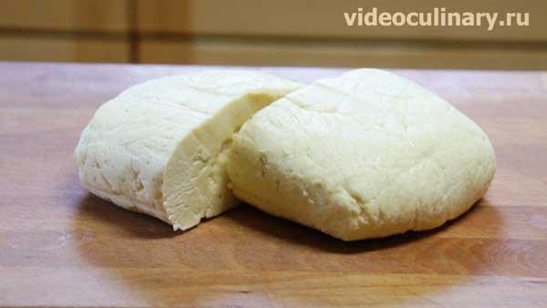 Песочное тесто со сметаной от videoculinary.ru Песочное тесто – очень вкусное и не сложное в приготовлении. Существует большое количество видов песочного теста. Бывает обычное сладкое песочное тесто, песочное тесто с творогом, со сметаной, дрожжевое песочное тесто и другие виды. Предлагаем вам рецепт очень вкусного, рассыпчатого и нежного песочного теста со сметаной.