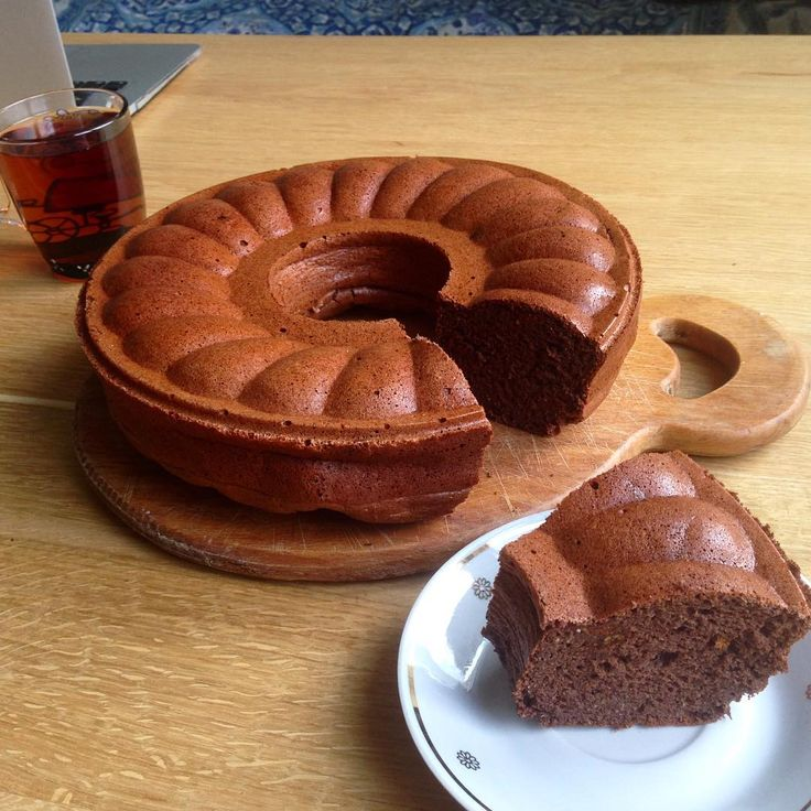 Это очень вкусный шоколадный дюкановский кекс с годжи по рецепту Татошки. И по нему совсем не скажешь, что он без муки, масла и сахара.  Для теста: 2 ст.л. овсяных отрубей 1 ст.л. пшеничных отрубей 1 ст.л. клейковины 1 ст.л. (20 г) кукурузного крахмала 2-3 ст.л. (30 г) СОМ 2 ст.л. бездопового какао1-2% жирности 4 яйца 2 ч.л. разрыхлителя Дневная норма ягод годжи1 ст.л. в ЧБ дни и 2 ст.л. в БО дни аромик с ягодным вкусом (у меня смородина) 2 ст.л. мягкого творожкас горкой 2-3 ст.л…
