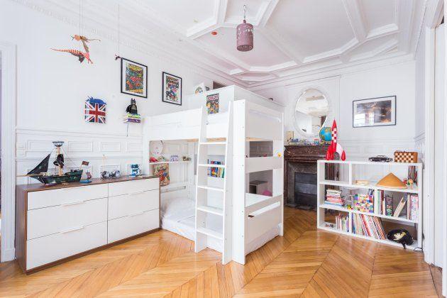 Barnsäng och våningsäng i mysigt litet sovrum.