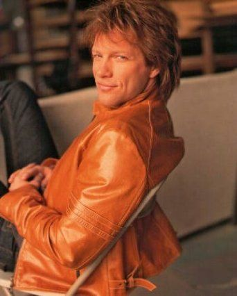ブロマイド写真★ジョン・ボン・ジョヴィ Jon Bon Jovi/オレンジの革ジャンで座る/ボン・ジョヴィ Bon Jovi