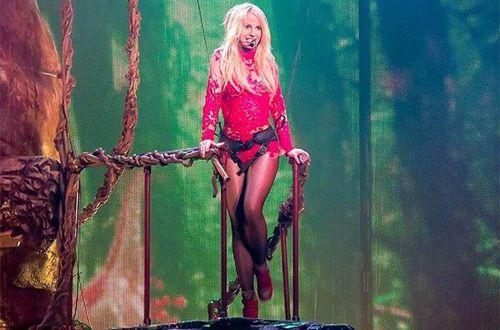 Во время концерта Бритни Спирс запуталась в декорациях (видео)