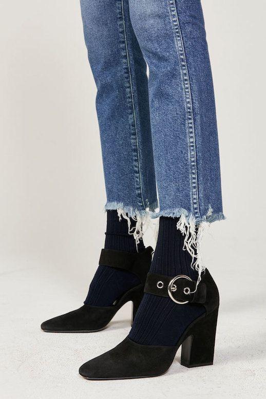 Botines bajos hispanistas con vaqueros tobilleros y calcetines a rayas tupidos. Intentar con zapatos flamenca