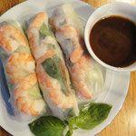 Kräuter, Gemüse, Nudeln und Krabben oder Fleisch, zusammengehalten von  einer Hülle aus Reispapier. Diese Rollen sind leicht und frisch, eine Besonderheit der vietnamesischen Küche!   Die Zutaten wie Nudeln, Fleisch oder Meeresfrüchte werden vorgegart, und dann zusammen mit einem Salatblatt, einer gehörigen Portion frischen Thai-Basilikums und Ananas- oder Kochbananenstückchen in ein Blatt Reispapier gerollt. Gegessen wird das Ganze dann mit einer würzigen Soße.  In manchen vietnamesischen…