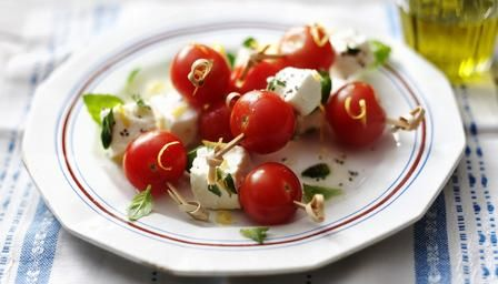 Delicious veggie skewers with cherry tomato, marinated feta and basil: finger food that fits in at any party