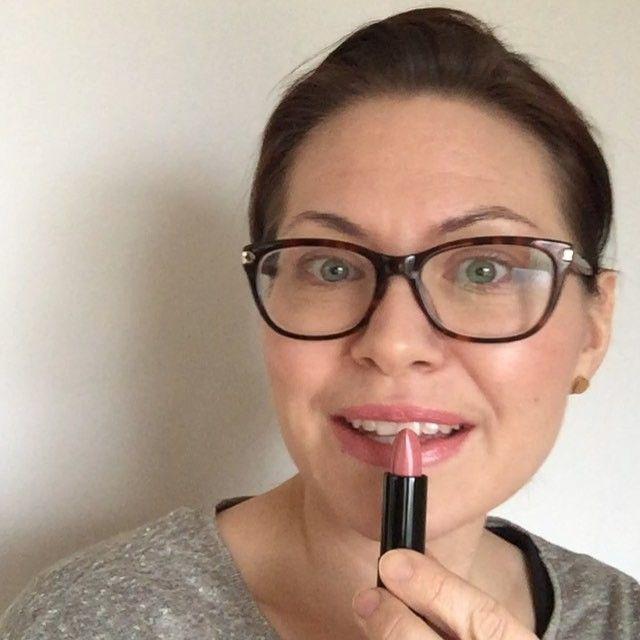 "LIPSTICK THURSDAY! Idag förgyller Elin jobbdagen med BAREMINERALS MOXIE LIPSTICK -SPEAK YOUR MIND. En ""lagom"" färg som passar de flesta Pris 279kr! www.skincity.se #lipstickthursday #alwayswearlipstick #lips #skincityse #lipstick #makeup #kulpåjobbet #working9to5 #work #jobb"