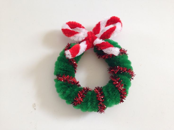 Pipe cleaner christmas wreath in 3 easy steps chenille for Pipe craft