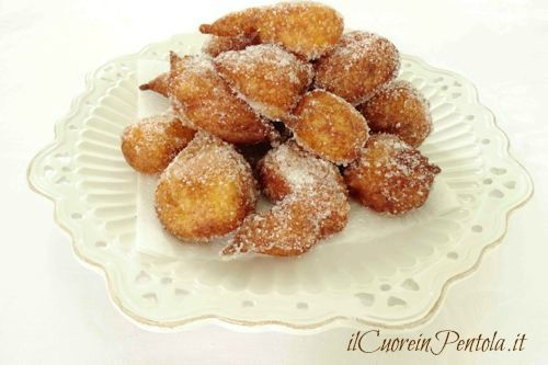 La ricetta di queste frittelle di ricotta dolci è una vera chicca perché sono veramente deliziose, soffici come nuvole e facili e veloci da fare!