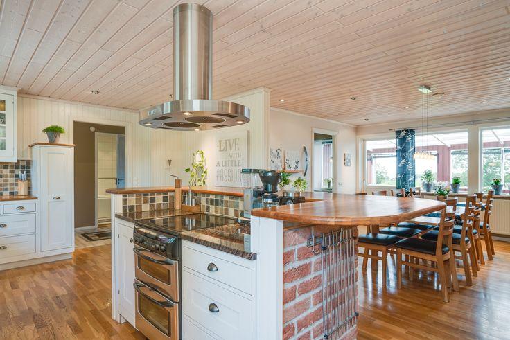 Här är man social i köket samtidigt som de gästerna kan sitta vid bordet!