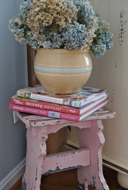 vaseChateau Chic, Pink Stools, Pink Benches, Shabby Decor, Favorite Colors, Decor Book, Shabby Chic, Lifestyle Book, Flower