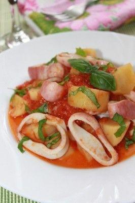 Кальмары и картофель с помидорами ,неаполит.кухня