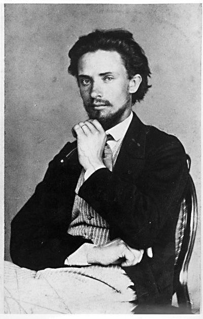 Walter Magnus Runeberg (1838-1920) oli suomenruotsal.kuvanveistäjä ja Johan Ludvig Runebergin poika.Walter opiskeli Kööpenhaminassa,Roomassa ja 1876 Pariisissa.Hänen teoksiaan on mm.Apollo ja Marsyas (1874),Suomen ensimmäinen suuri marmoriveistos, joka toteutettin arpajaisista saaduilla varoilla.Hänen teoksiaan on nähtävillä esim.Ateneumissa ja Walter Runebergin veistoskokoelmassa Porvoossa.