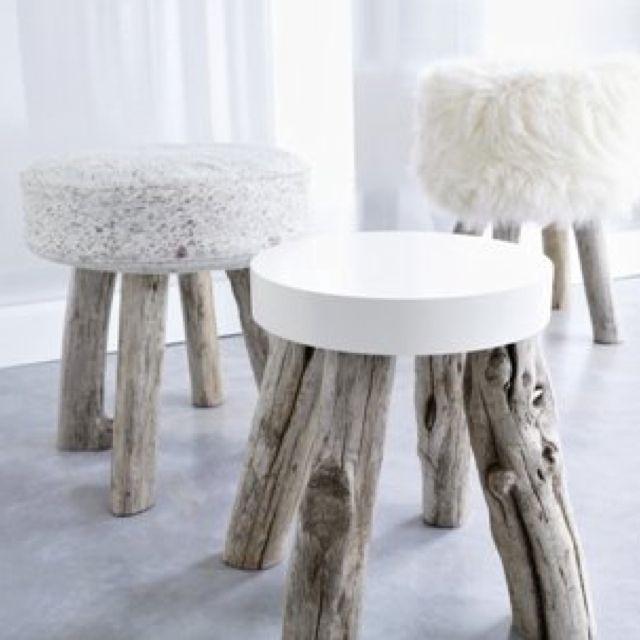 Krukjes zijn typisch Scandinavisch en de trend op dit moment! Tip: door meerdere krukjes bij elkaar te zetten, kun je de standaard salon tafel op een originele manier vervangen.