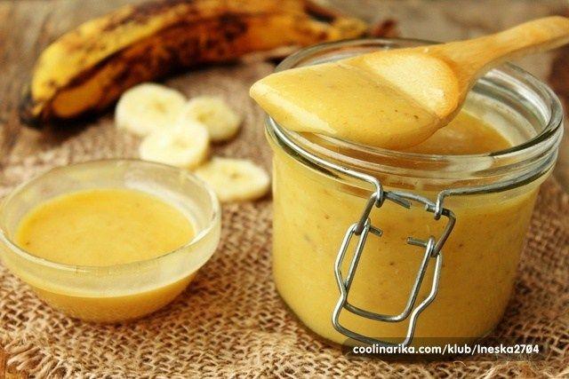 """Netradiční, ale chuťově nepřekonatelná banánová """"pomazánka"""", kterou připravíte za pouhých 10 minut. Má mnoho využití, můžete s ní namazat pečivo, naplnit palačinky, přidat k müsli či kaši. Recept je vhodný též pro vegetariánské stravování. :)     //     Doba přípravy: 10 min"""