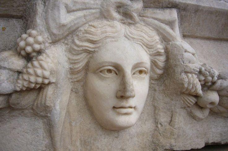 Afrodisyas (Aphrodisias) Yolunuz Aydın veya Denizli civarına düşerse Karacasu ilçesi yakınlarındaki Afrodisyas'a (Geyre Köyü) uğramayı unutmayın. Eski Karya'nın başkenti Afrodisyas, adını Zeus'un kızı, Eros'un annesi güzellik, aşk ve bereket tanrıçası Afrodit'ten alıyor. Yüzyıllar sonra Roma döneminin sanat merkezi ve eski dünyanın en güzel heykellerinin üretim atölyesi. Burada üretilen heykeller İtalya'ya, Yunan yarımadasına ve dünyanın dört bir yanına ihraç ediliyor.