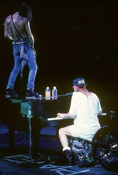W. Axl Rose & Slash (Saul Hudson) in concert playing November Rain's Guitar Solo #GnFnR #Slash