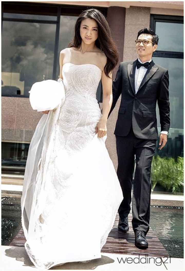 탕웨이·김태용, 애정이 느껴지는 결혼식 사진 공개 < 웨딩뉴스 < 웨딩검색 웨프