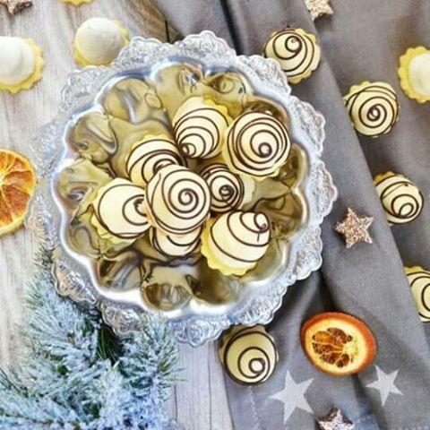 Diese weißen Schoko-Spitzen dürfen bei uns in der Adventszeit nicht fehlen!   Rezept gibt's auf meinem Blog! #baking  #advent #weihnachtsbäckerei #weißeschokolade #ganache #whitechocolate #weihnachten #lecker #bakingchristmascookies #mavieestdelicieuse #meinleckeresleben