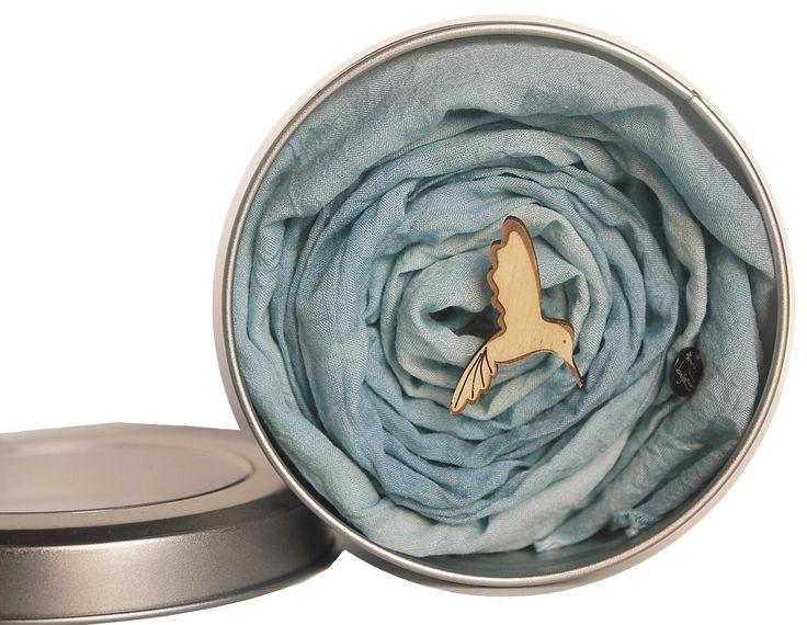 B-Fly: Un vero e proprio scrigno, con tre sorprese all'interno: Il foulard, la spila di legno e il Nettare di luce, da usare  insieme o separatamente. Foulard 100% in seta Ahimsa, pensato nei sette colori dell'arcobaleno, è un modo elegante, sofisticato e frizzante per portare con se la luce dei colori. Una piccola spilla di legno accompagna questo accessorio, come  diffusore per caricare il foulard con il Nettare di luce. Il foulard è tinto con effetto dissociato con tintura di Guado…