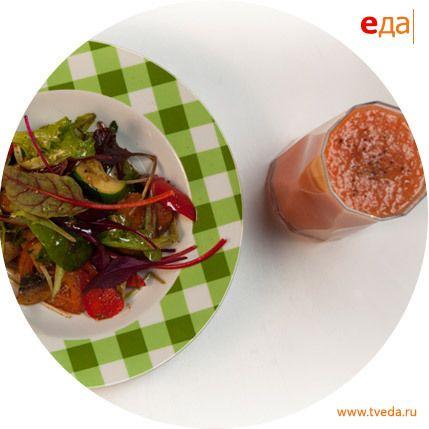 Теплый овощной салат и томатный шейк