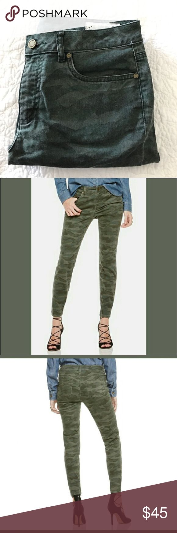 Vince Camuto camo jeans These jeans are in excellent condition. Straight/skinny leg, camo print, with five pockets. Super cute with flats or boots or heels, really with anything 🤗🤗 please let me know if you have any questions and feel free to make an offer ❤️ Two by Vince Camuto Jeans Straight Leg