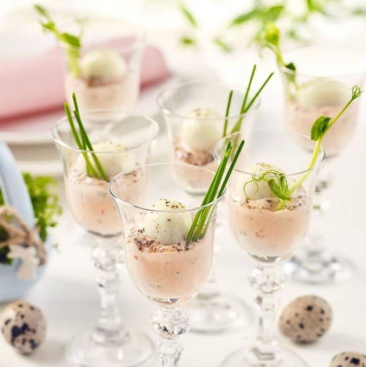 Jajka to jeden z symboli Wielkanocy. Są podstawowym składnikiem wielu tradycyjnych świątecznych przekąsek. Jeśli chcesz podać jajka w całkiem nowy sposób i sprawić kulinarną niespodziankę swojej rodzinie lub gościom – sprawdź naszą inspirację! Małe przepiórcze jajeczka, ugotowane na twardo i podane w kieliszkach z odrobiną różowego sosu andaluzyjskiego oraz wiosennym akcentem w postaci łodyżki szczypiorku, będą wspaniale prezentować się na wielkanocnym stole.