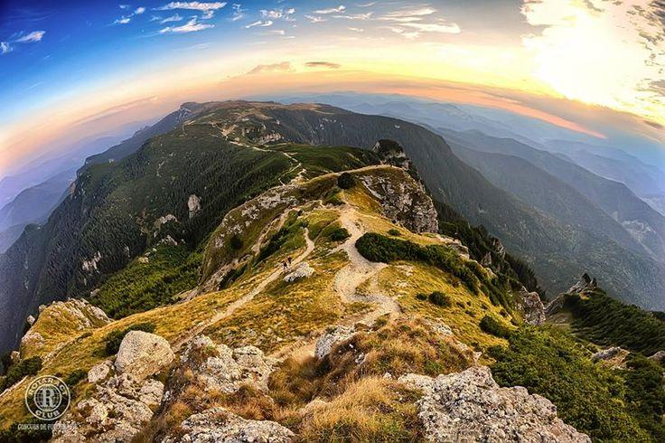 Titlu: Vedere de pe vârful Toaca Descriere/locație: Ceahlău Fotograf: Ovidiu Slătineanu