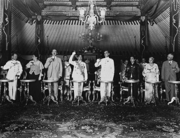 Sultan Hamengkubuwono VIII menerima kunjungan kehormatan Gubernur Jenderal Hindia Belanda Bijleveld di Keraton Yogyakarta, sekitar tahun 1937.