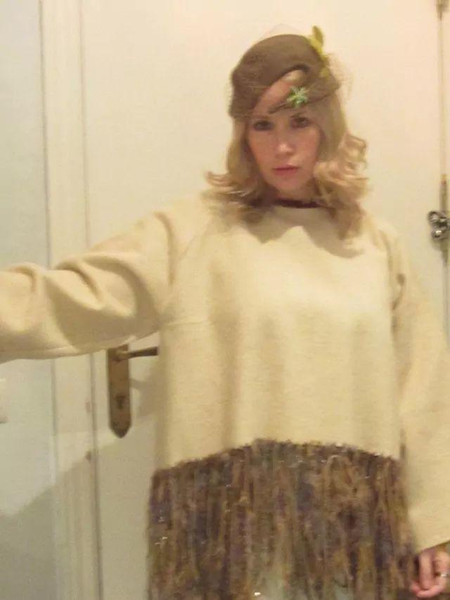 Tocado y jersey de lana y flecos de Talleres Bayres