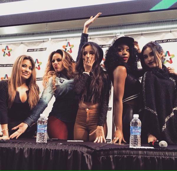 Fifth Harmony na sessão de autógrafos sexta-feira.