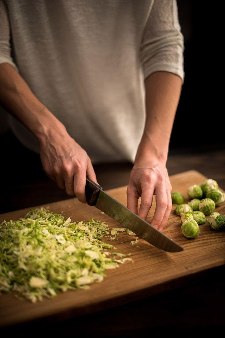 Met deze supersnelle spruitensalade met gorgonzola ben je binnen de kortste tijd overtuigd van hoe lekker spruiten kunnen zijn!