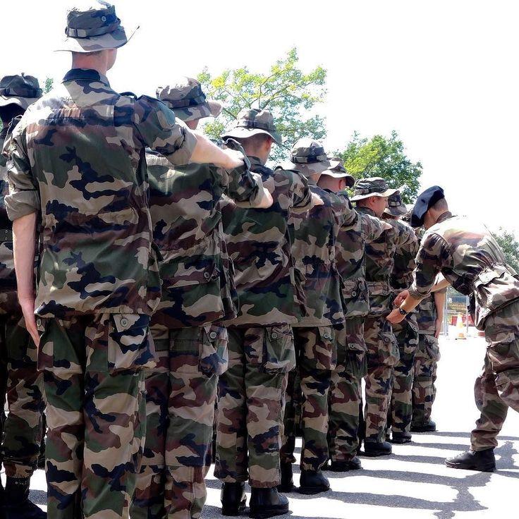 Formation militaire initiale du réserviste (FMIR) au 27e BCA instruction intégralement assurée par des réservistes. Nihil lupum terret (rien n'effraye le loup) : telle est la devise de la 5e compagnie du 27e Bataillon de chasseurs alpins (officiel) unité entièrement constituée de réservistes. 17 officiers 41 sous-officiers et 154 militaires du rang en font partie et assurent désormais le passage de témoins aux nouveaux venus. Depuis un an le recrutement a en effet doublé. Au 27e BCA ces…