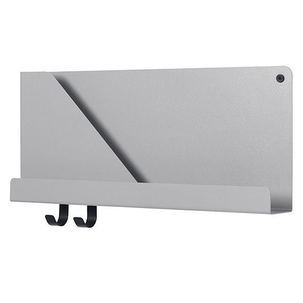 Muuton Folded-hyllyillä on tyylikäs, minimalistinen olemus, joka rakentuu ohuesta taivutetusta teräslevystä. Muotoilija Johan van Hengel inspiroitui kerrosten ja varjojen leikistä ja suunnitteli kokoelman graafisia metallihyllyjä, joiden taskut jaottelevat sekä tukevat niille asetettavia esineitä.