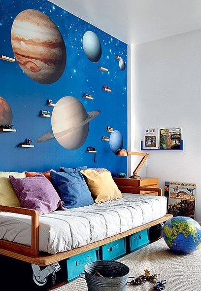 O quarto de Gabriel, 8 anos, tem parede interativa. Atrás do adesivo de sistema solar há uma placa metálica imantada, onde podem ser apoiados bonecos e carrinhos com ímã. Projeto do escritório de arquitetura Oba!
