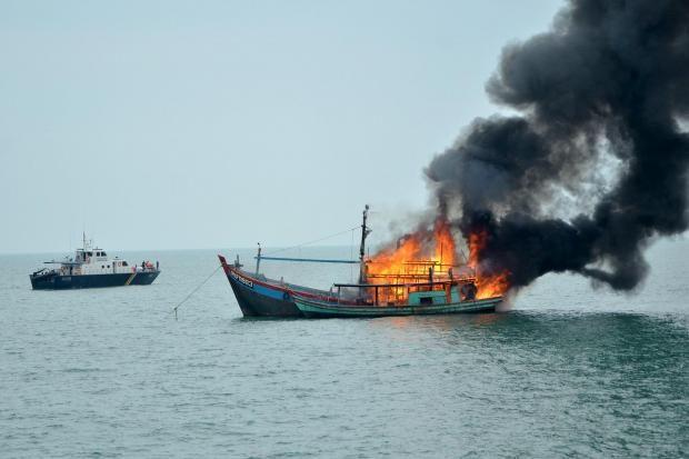 Menteri Susi Tenggelamkan 117 Kapal Ikan Sepanjang 2015