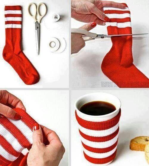 van oude sokken : bekerhouders (om warm te houden maar ook om handen te beschermen tegen de warmte)
