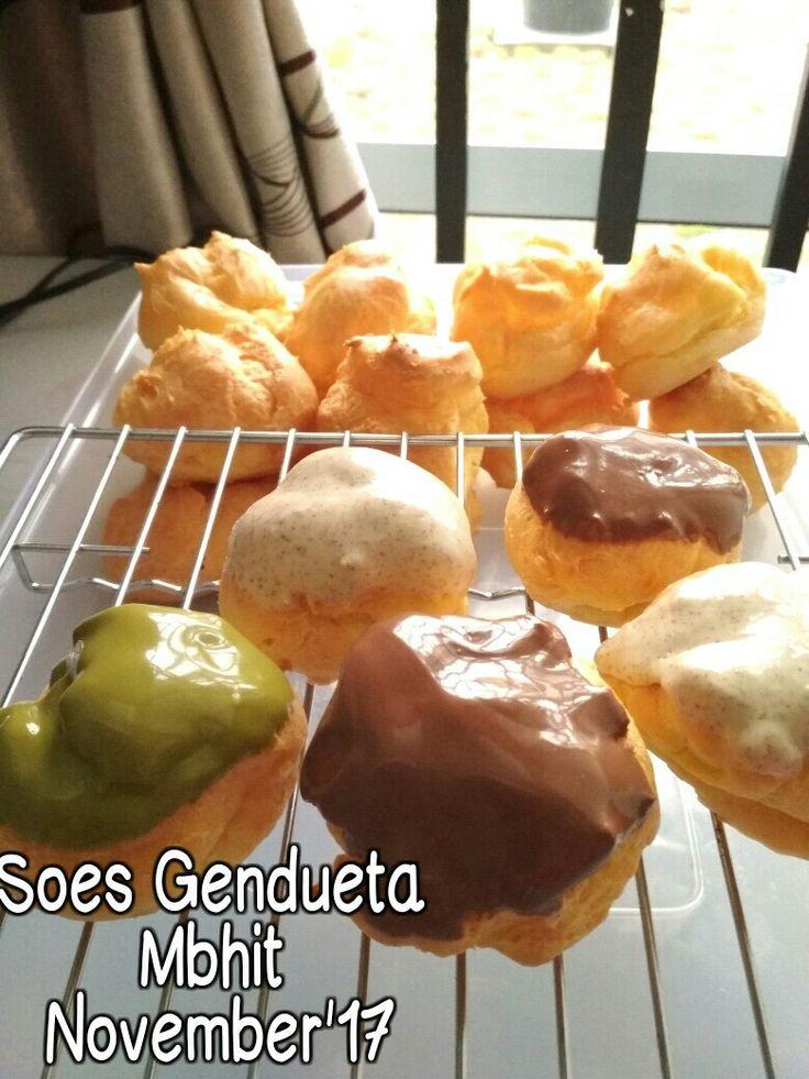 Choux pastry with glaze Topping:  Tiramisu, Green Tea and Italian Cappuccino. Filling Vla Vanilla
