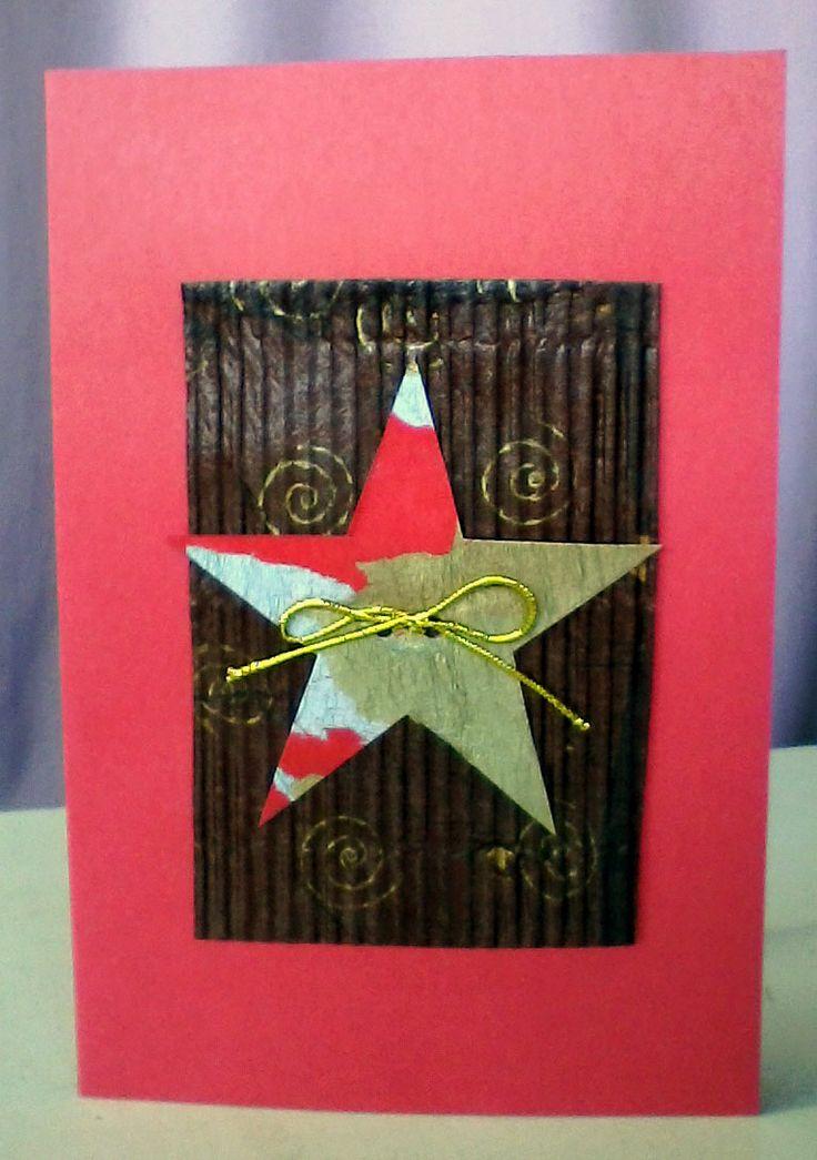 tarjeta con cartón corrugado pintado y estrella con decoupage metalizado