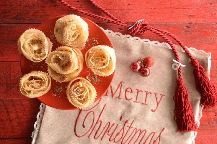 Στην Κρήτη Χριστούγεννα σημαίνει ξεροτήγανα, τραγανά, σιροπιαστά,  πασπαλισμένα με καρύδια, σουσάμι και κανέλα. Να μυρίσει το σπίτι αρώματα,  να κεράσουμε όποιον έρθει.  Από τα πιο διαδεδομένα γλυκίσματα του νησιού που δεν κάνουμε μόνο τα  Χριστούγεννα αλλά σε πολλές άλλες σημαντικές στιγμές, σε γάμους, αρραβώνες  βαφτίσια.  Η ζύμη χρειάζεται απλά υλικά, η τέχνη είναι στο δίπλωμα γι αυτό υπάρχουν  πολλές «τεχνικές» και ακόμα περισσότερα σχήματα πιο εύκολα κι άλλα  δυσκολότερα που απαιτούν…