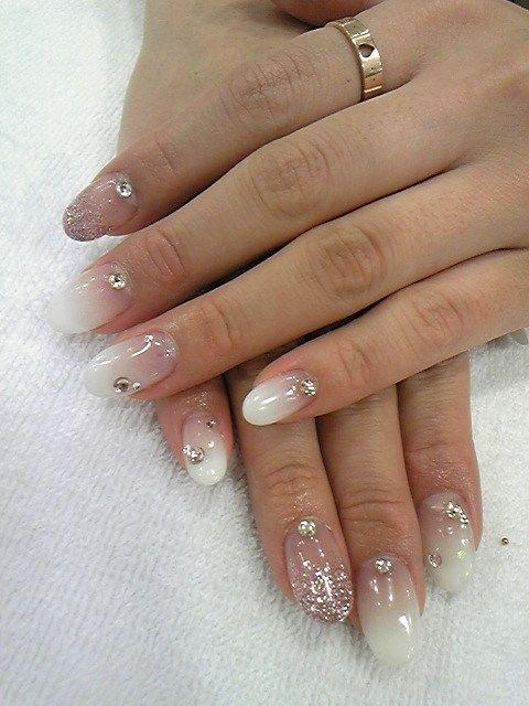Simply girly nail (by Shibuya Tsu).   Gradient-based white with glitter & rhinestones
