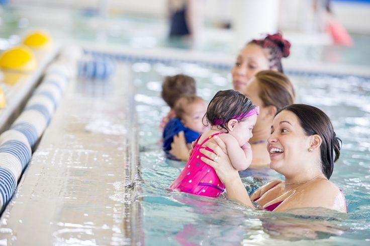 """Todos los nuevos padres pensamos: """"aprender a nadar es un seguro de vida para mi bebé"""". """"Qué tal que un día se cae de un bote"""". Y sí, que un hijo sepa nadar da una gran tranquilidad a toda mamá y papá. Pero hay más."""