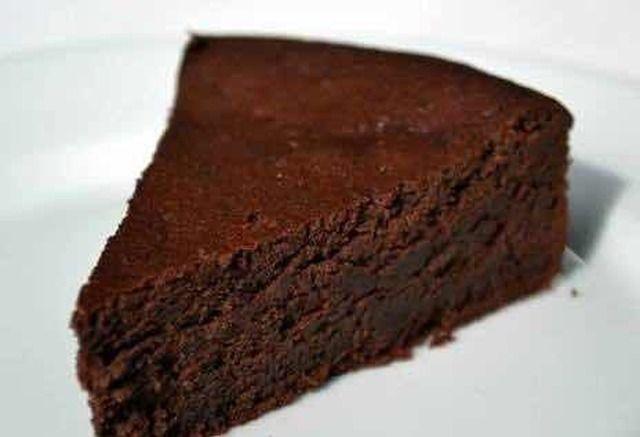 Pica el chocolate y derrite bien a baño María, batiendo ocasionalmente. Deja enfriar un poco. Separa los huevos y agrega las yemas a la mezcla de azúcar junto con las almendras y el chocolate derretido